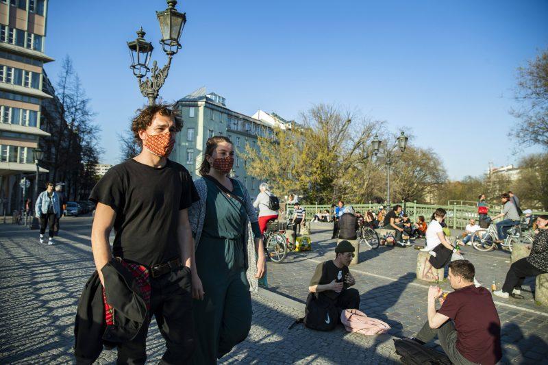 Corona-Alltag in Berlin Kreuzberg: Spazieren gehen mit Stoffmasken, chillen mit Bier und Sicherheitsabstand.