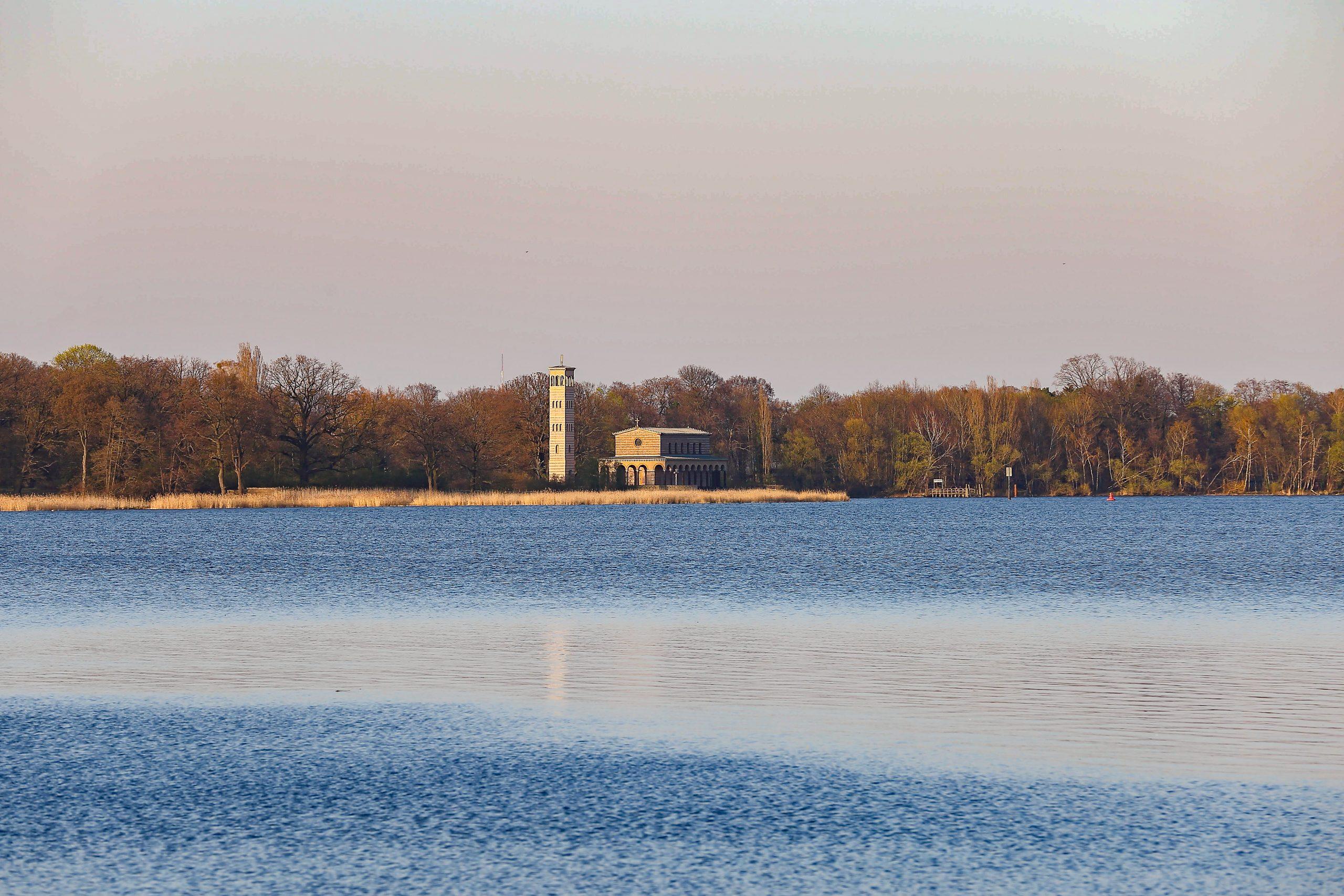 Vom Ufer aus deutlich zu sehen: die Heilandskirche Sacrow. Foto: Imago/Martin Müller