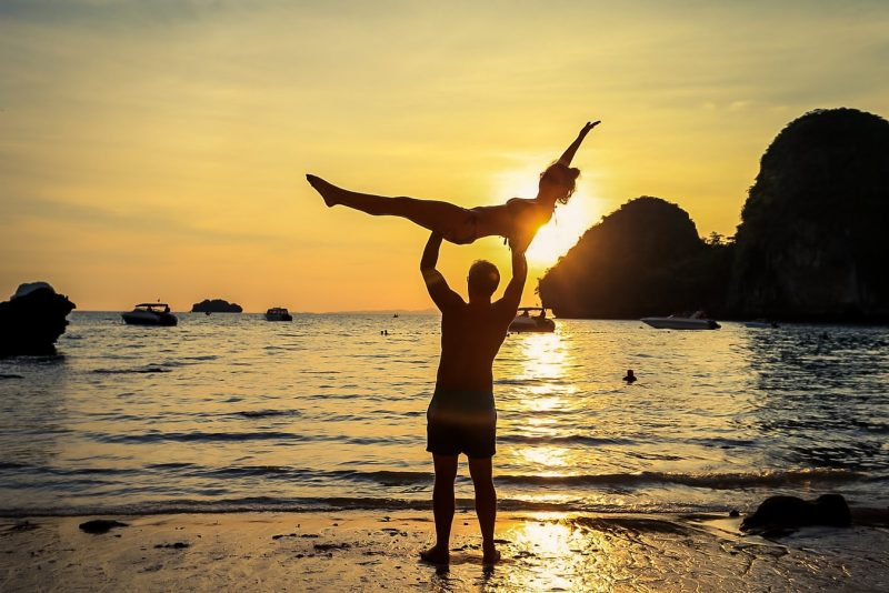 Viele Akrobatikübungen kann man zu zweit machen -- auch solche, die einfach sind als diese hier.