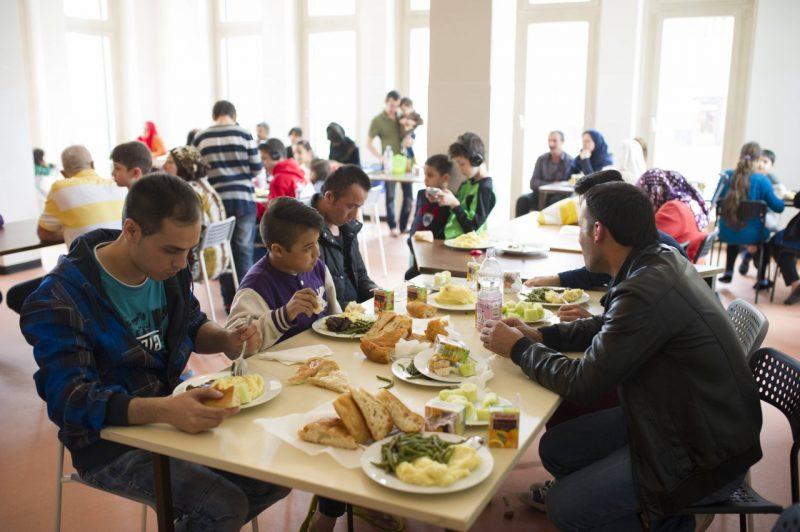 Flüchtlinge beim Mittagessen in einer Notunterkunft für Flüchtlinge des Christlichen Jugenddorfwerks (CJD) am Groß-Berliner Damm in Berlin-Johannistal.
