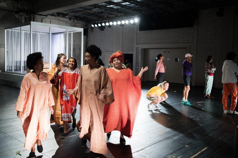 """Das Ensemble im Stück """"Die Kränkungen der Menschheit"""". Vor den Corona-Absagen war der Abend noch im HAU zu sehen. Foto: Gabriela Neeb"""