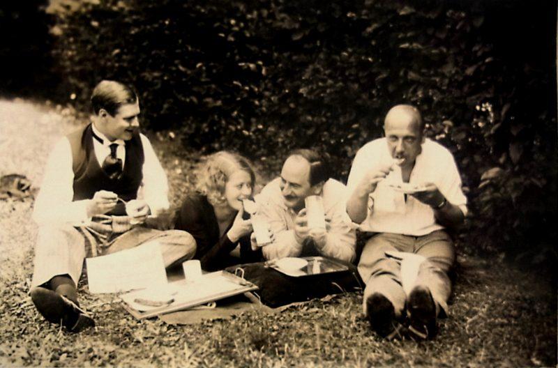 Künstlerisches Picknick im Freien.     Foto: Stiftung Stadtmuseum Berlin