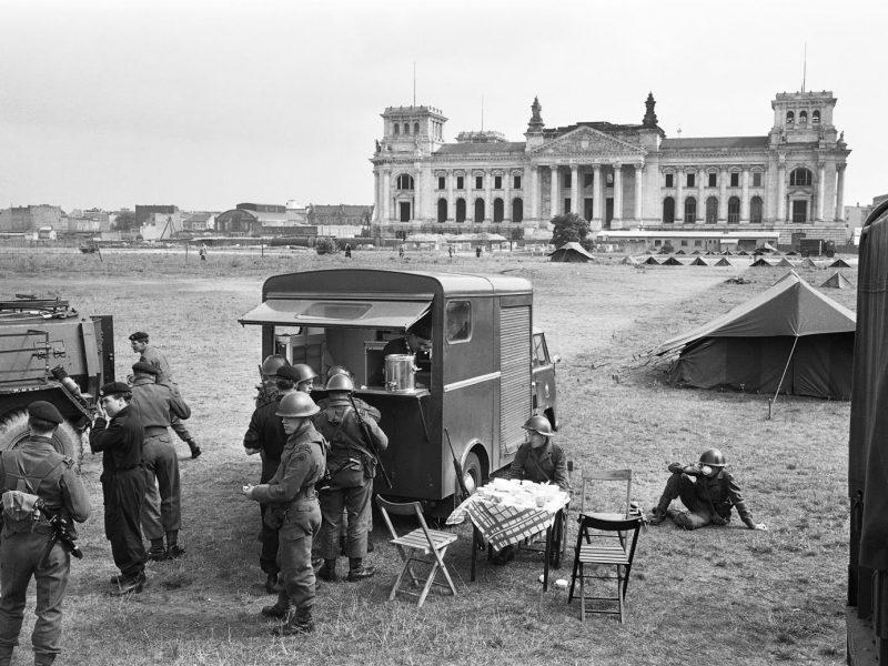 Britische Soldaten an der mobilen Essensausgabe am Reichstag 1961