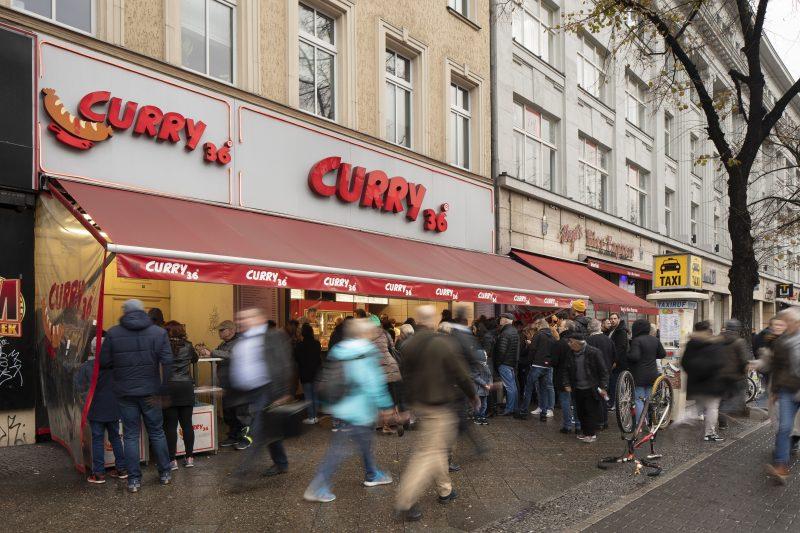 Eine kulinarische Legende am Mehringdamm: Curry 36. Die Currywurst ohne Darm gilt als Berliner Spezialität