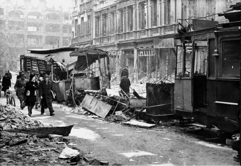 Fotos vom Kriegsende in Berlin: Mai 1945: Zerstörte Straßenbahnwagen in der Oranienstraße in Kreuzberg.