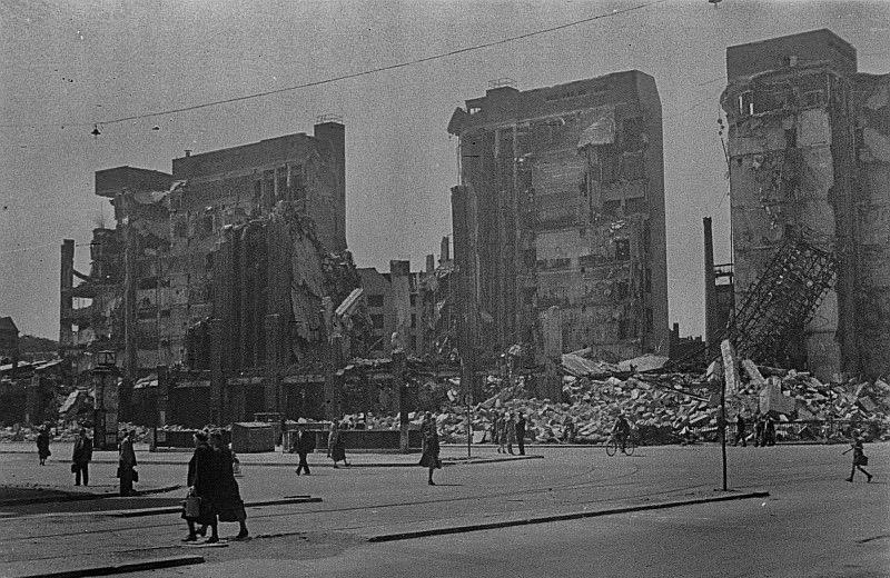 Fotos vom Kriegsende in Berlin: Karstadt am Hermannplatz, Mai 1945. Kriegsende. Das Kaufhaus ist eine Ruine.
