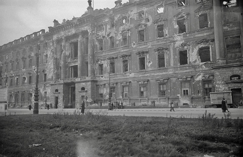 Fotos vom Kriegsende in Berlin: Das Berliner Schloss wurde während der Schlacht um Berlin stark beschädigt und nach dem Krieg abgerissen. Bis in die 1990er-Jahre stand an der Stelle der Palast der Republik.