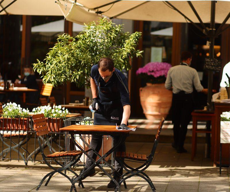Unter den neuen Regeln muss Servicepersonal Masken tragen, wie hier im Il Calice. Das Berliner Restaurant hat wieder geöffnet.