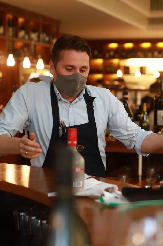 Mit Mund-Nasen-Schutz an der Bar: auch das Il Calice in Charlottenburg hat wieder eröffnet.