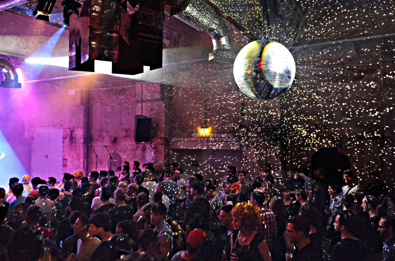 So schön glitzerten damals die Partys im SchwuZ. Foto: Guido Woller