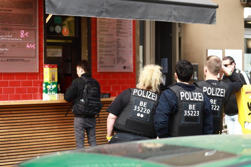 Polizisten vor dem Imbiss Son Kitchen auf der Kantstraße