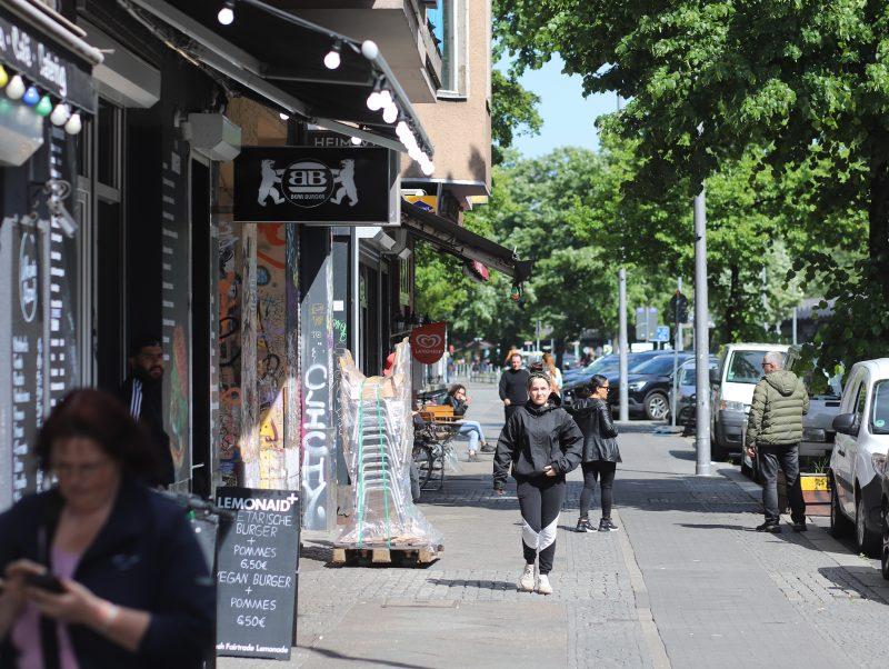 Stuhllieferung auf der Skalitzer Straße. Berliner Restaurants bereiten sich darauf vor, wieder zu öffnen