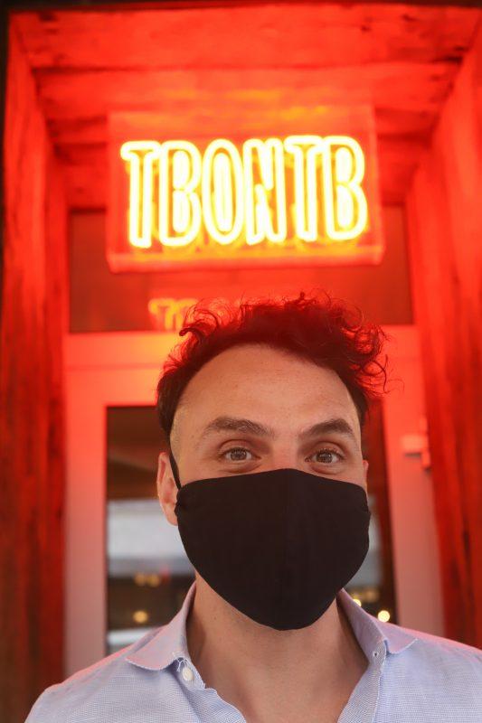 """Giacomo Mannuci vor seinem Berliner Restaurant """"To Beef or Not to Beef"""" im Akazienkiez, das nun wieder öffnet."""