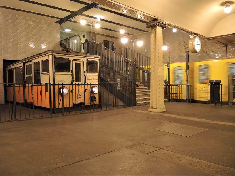Die Lampen in der Decke des U-Bahnhofs Klosterstraße tauchen das Geschehen in ein besonderes schummriges Licht.
