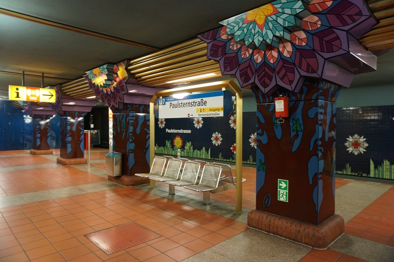 Die 12 schönsten U-Bahnhöfe Berlins: :Die Bilder an den Wänden des U-Bahnhofs Paulsternstraße nehmen einen mit auf eine Reise.