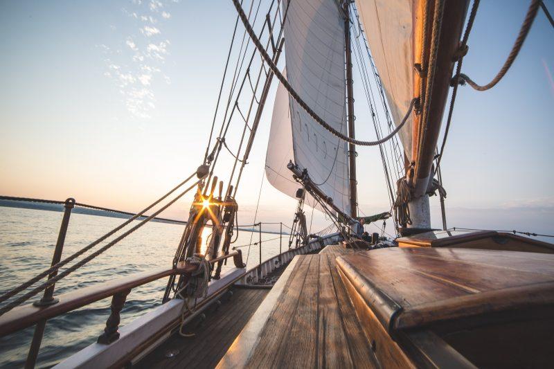 Ahoi, mit dem Segelschein in der Tasche rückt das nächste Abenteuer in greifbare Nähe. Foto: Unsplash/Bobby Burch