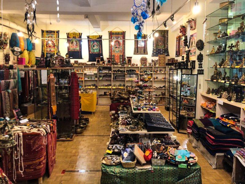 Esoterik Läden Berlin Auf 180 Quadratmetern erstreckt sich das Geschäft von Melitta Goller und ihrem nepalesischen Mann.