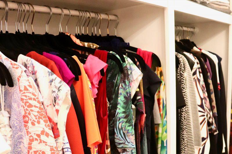 Bei Vivi's Bazaar hängen schöne Vintage Modekleider von Marken wie Dolce & Gabbana, Riani, Versace oder Moschino auf der Stange.