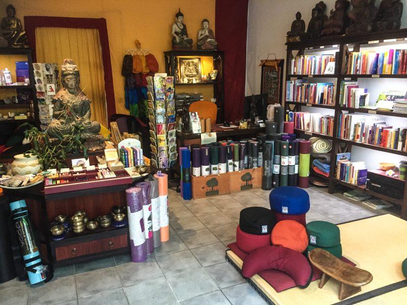 Esoterik Läden Berlin Im Sotantar Yoga Shop findet ihr neben allerlei Yoga-Zubehör auch Bücher zum Thema Meditation, esoterischen Schmuck, Öle und Räucherstäbchen.