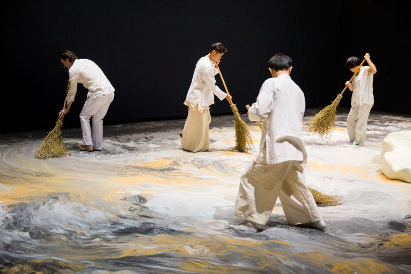"Der Gropius Bau zeigt Lee Mingweis ""Guernica in Sand"", 2006–heute, interaktive Mixed–Media–Installation, Sand, Holzinsel, Beleuchtung, 1300 x 643 cm. Foto: Installationsansicht Lee Mingwei and His Relations, Taipei Fine Arts Museum, 2015/Courtesy/Taipei Fine Arts Museum"