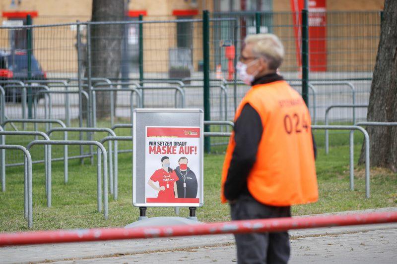 Statt im Stadion wird nur noch in heimischen Wohnzimmern gegrölt. Foto: Imago/Joachim Sielski