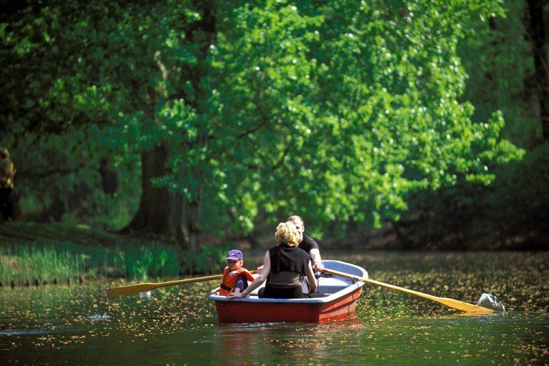 Großer Tiergarten, kleines Boot: Den richtigen Kahn für eine Paddeltour könnt ihr mieten.    Foto: Imago/Schneider