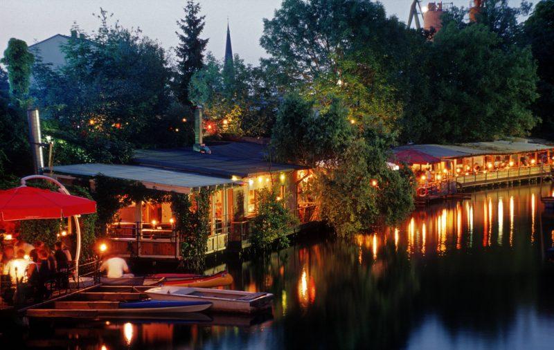Im Restaurant Freischwimmer am Schlesischen Tor lässt sich entspannt der Großstadtsommer genießen.