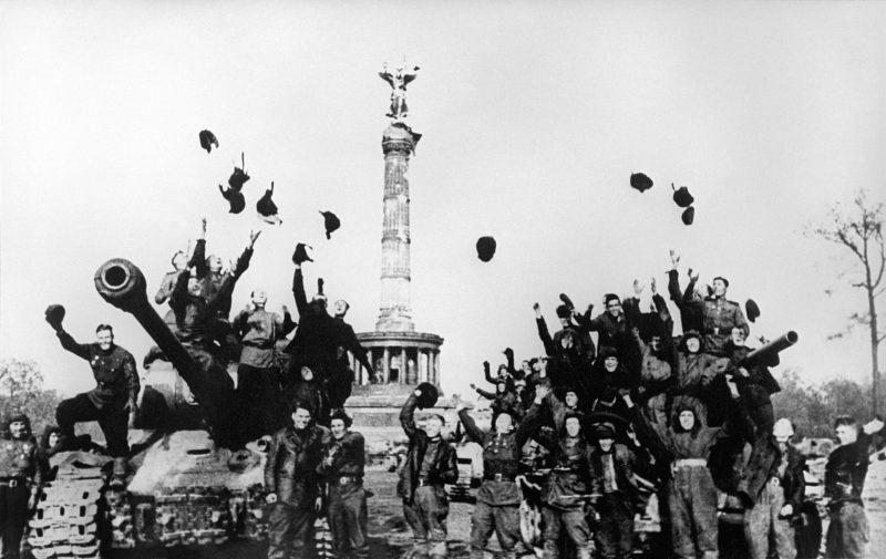 Sowjetische Soldaten feiern am 8. Mai 1945 vor der Siegessäule das Kriegsende.