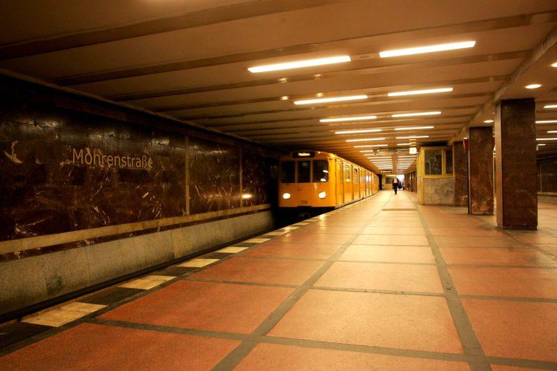 Die 12 schönsten U-Bahnhöfe Berlins: Mächtiger Marmor im U-Bahnhof Mohrenstraße.