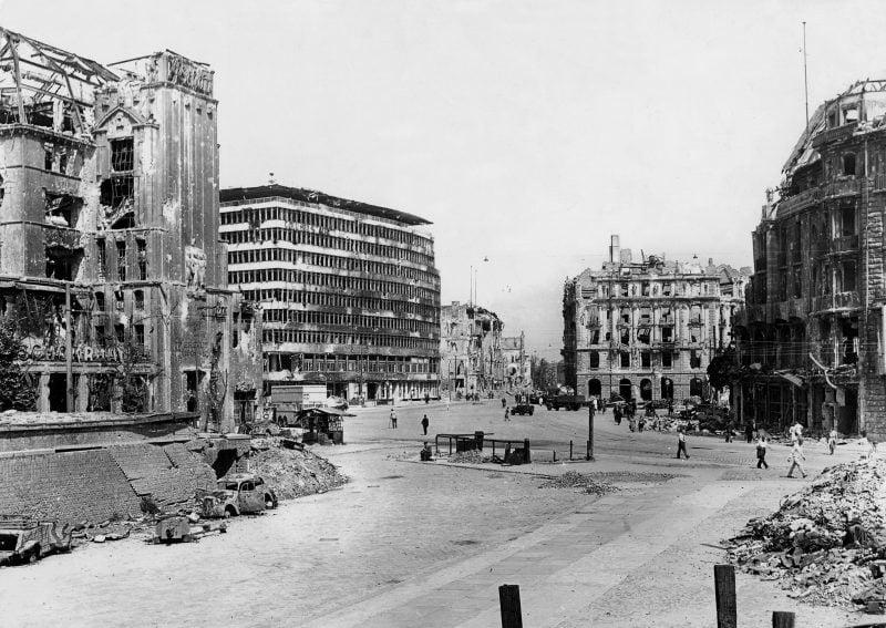 Fotos vom Kriegsende in Berlin: Das Columbus-Haus auf dem Potsdamer Platz. Berlin im Mai 1945.