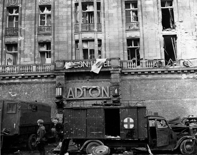 Fotos vom Kriegsende in Berlin: Ein mobiles Lazarett vor dem Hotel Adlon am 01. Mai 1945.