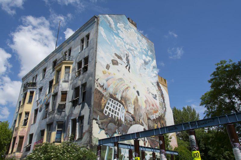 Wandbild am Tommy-Weisbecker-Haus in Kreuzberg.
