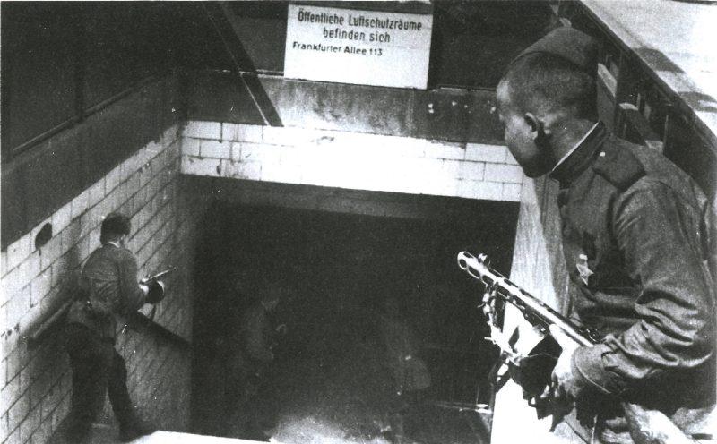 Sowjetische Soldaten am Eingang zu Bahnhof Frankfurter Allee in Friedrichshain