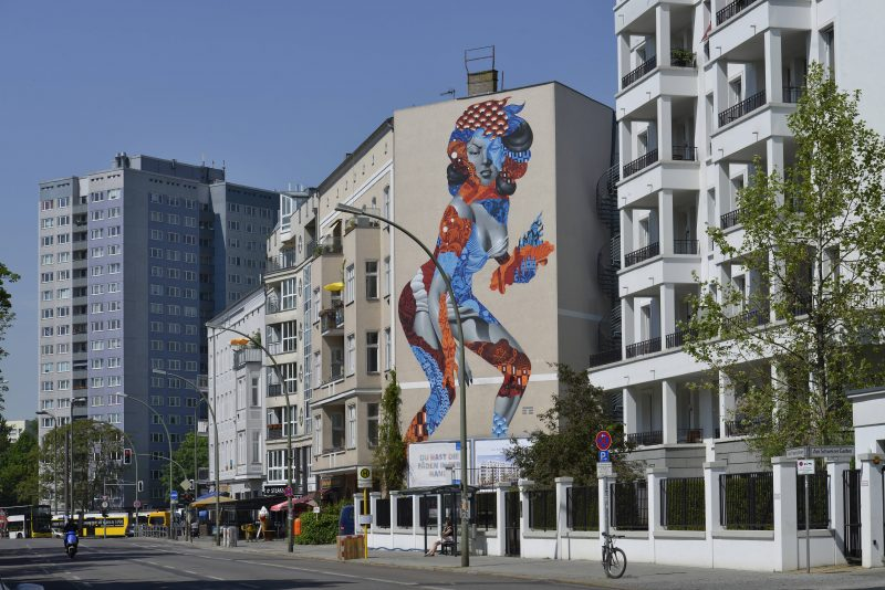 Schöne neue Welt: Wandmalerei an einem Gebäude in Friedrichshain.
