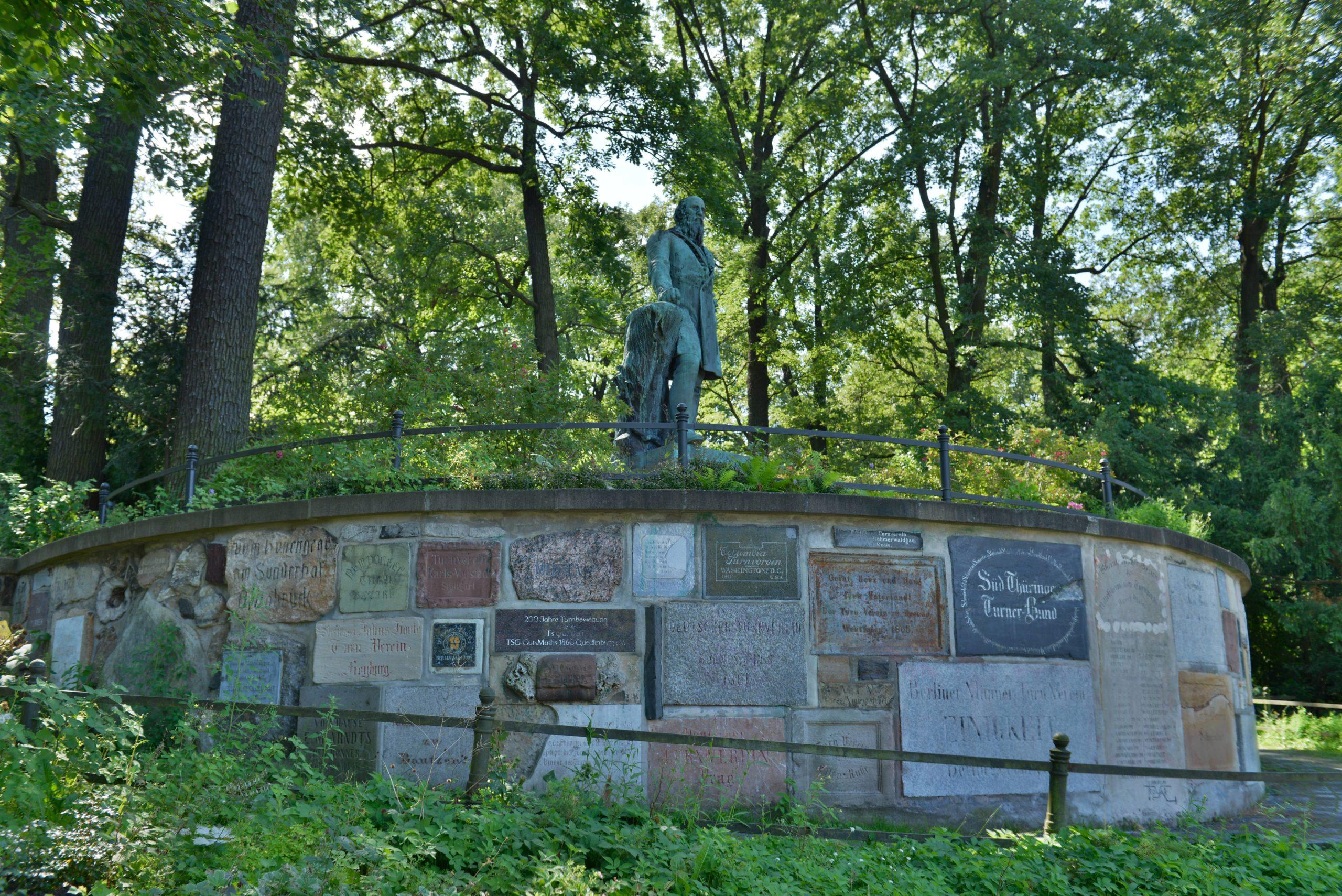 """Ein Denkmal im Volkspark Hasenheide erinnert an """"Turnvater"""" Jahn. Foto: Imago/Schöning"""