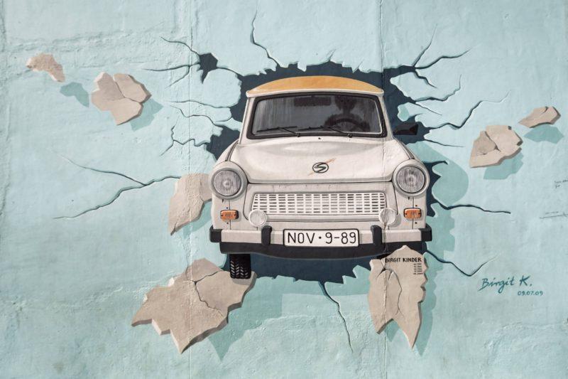 """""""Test the Best"""" von Birgit Kinder – Mural an der East Side Gallery in Friedrichshain."""