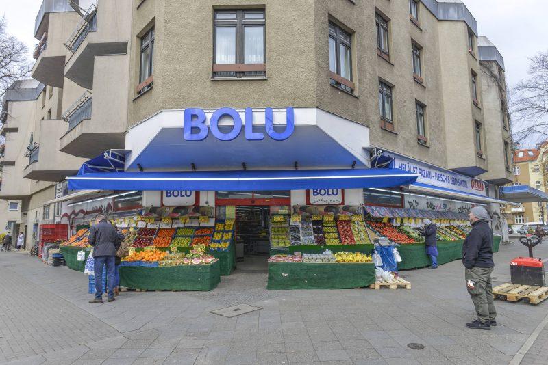 Typisch für türkische Supermärkte: Obst und Gemüse im Außenbereich.