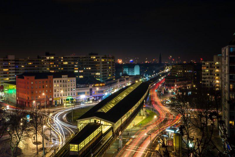 Die 12 schönsten U-Bahnhöfe Berlins: Im oberen Teil des U-Bahnhofs Kottbusser Tor kann man dem Berliner Leben dabei zu schauen, wie es brummt.