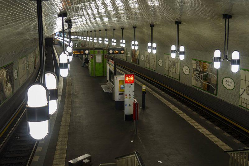 Grün gebrannte Fliesen schmücken die Wände im U-Bahnhof Märkisches Museum.