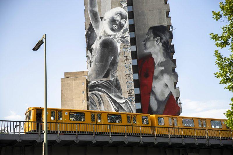 """""""Apollo und Daphne"""" von Young Jarus und Francisco Bosoletti auf einem Gebäude in der Skalitzer Strasse/ Wassertorstraße."""