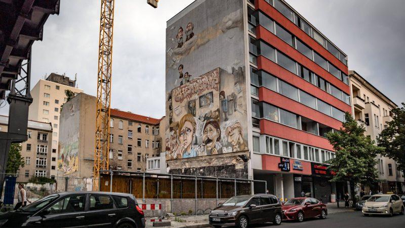 Wandbild in der Uhlandstraße, während der Bauarbeiten 2017.