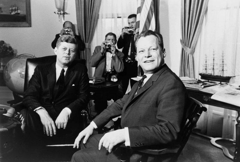 Berühmte Berliner: John F. Kennedy und Willy Brandt, während des Besuchs des US-Präsidenten im Juni 1963.