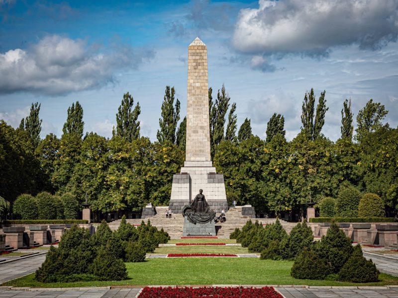 """75 Jahre Kriegsende: Obelisk und """"Mutter Heimat"""" – Sowjetisches Ehrenmal in Schönholz."""