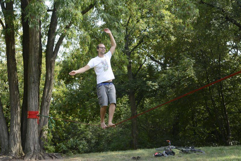 Im Volkspark Hasenheide verlieren manche gern die Bodenhaftung. Die Grünanlage ist bei Slackliner*innen beliebt. Foto: Imago/Bernd Friedel
