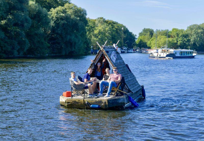 Mit den geräumigen Flößen von Floß & los startet ihr in der Rummelsburger Bucht oder in Friedrichshagen. Foto: imago/Schöning