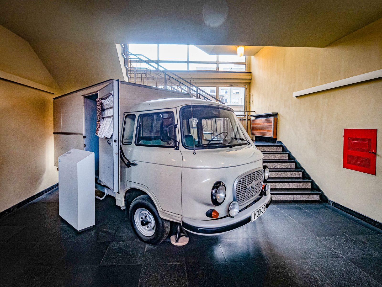 Im Stasimuseum wird auch ein Gefangenentransporter ausgestellt. Foto: Imago/Jürgen Ritter