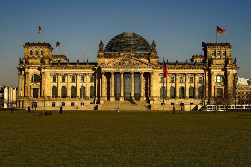 Im März 2020 erstrahlt der Reichstag in der Sonne. Berlin.
