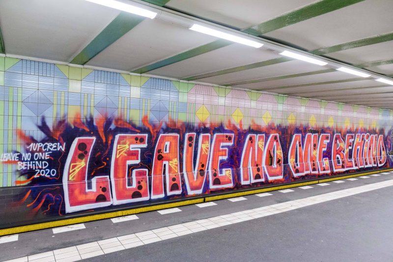 """Der U-Bahnhof Kurfürstenstraße diente als Leinwand: die Graffiti-Crew 1UP unterstützt die Kampagne """"Leave No One Behind""""."""