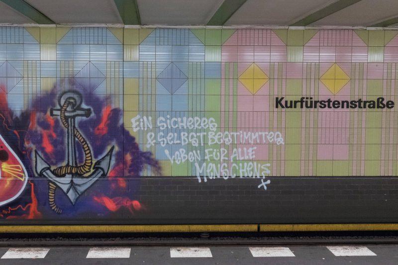 """Das 1UP-Kollektiv fordert ein """"sicheres & selbstbestimmtes Leben für alle Menschen"""" auf ihrem Graffiti zur Unterstützung von """"Leave No One Behind"""""""