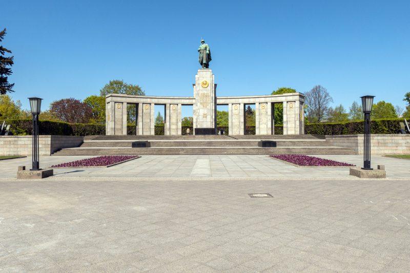 Das Sowjetische Ehrenmal ist eines der vielen Denkmale im Tiergarten.    Foto: Imago/Zeitz